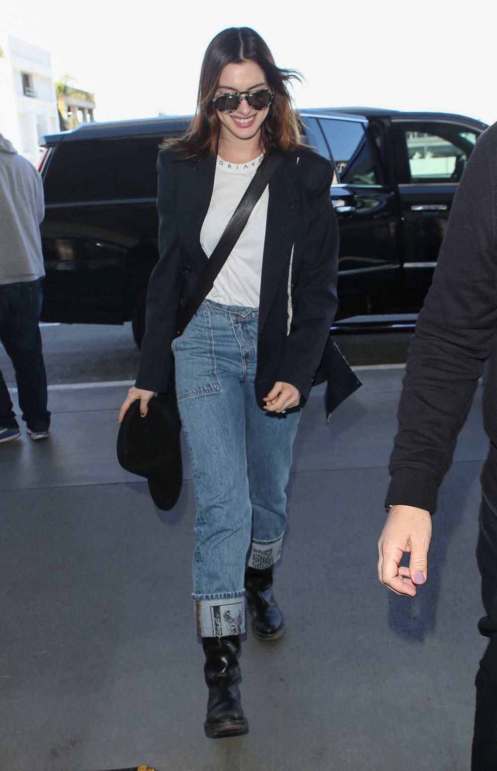 Inspirasi Gaya Kasual Anne Hathaway Dengan Denim